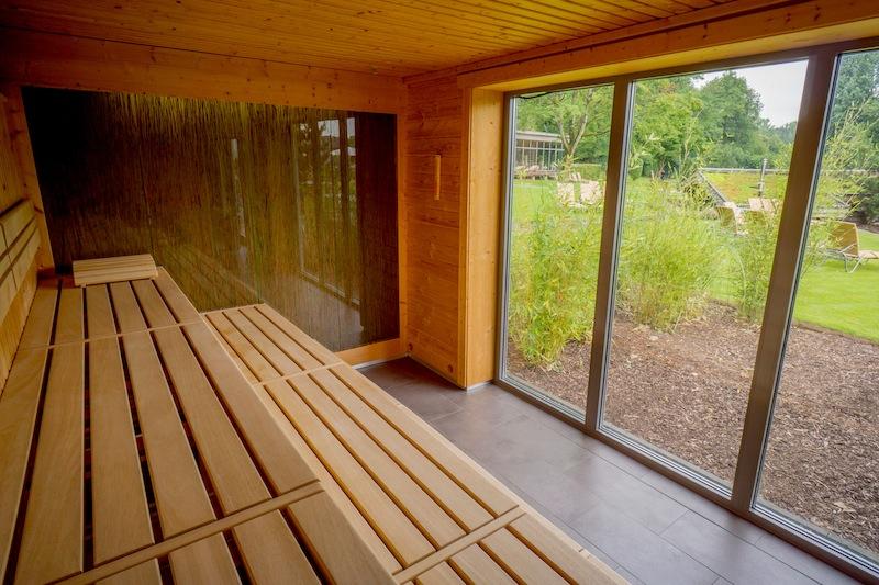Aus der Schilf-Sauna haben die Saunafreunde eine schöne Sicht auf die Parkanlage © Manfred Breber