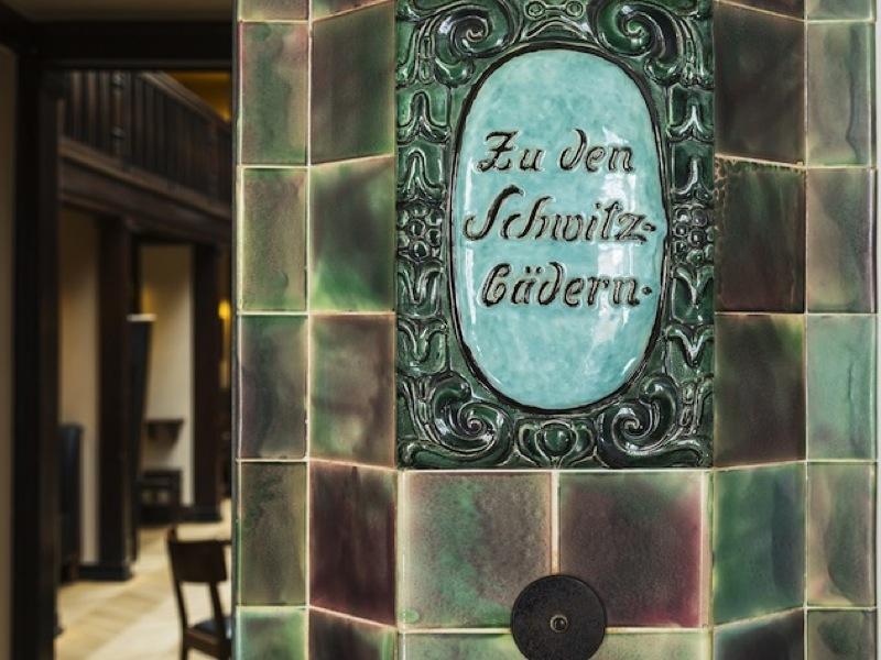 Das historische Schild erinnert noch heute an die traditionsreiche Geschichte des Neptunbads / © Neptunbad Köln
