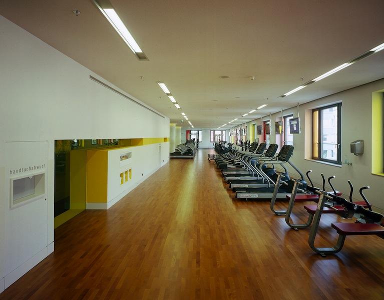 Der Trainingsraum mit dem modernsten Equipment im Holmes Place Health Club / © Holmes Place