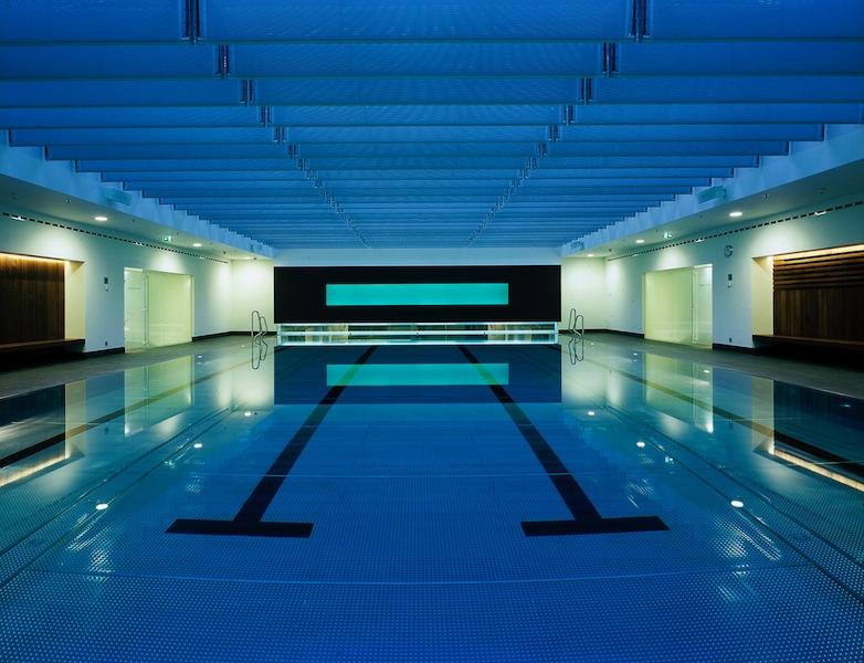 Der 20 Meter lange Pool im Holmes Place Health Club, erreichbar direkt per Dorint Wellnessaufzug / © Holmes Place