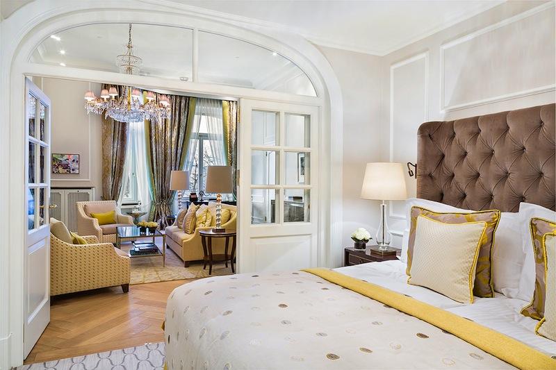 Der kombinierte Wohn- und Schlafbereich verfügt über ein großes Doppelbett, ein Sofa und zwei Sessel / © Fairmont Hotel Vier Jahreszeiten / Foto Guido Leifhelm