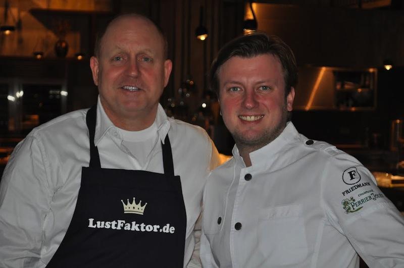 "3-Sterne Koch Kevin Fehling in seinem Restaurant ""The Table"" und Andreas Conrad, Herausgeber vom Luxus & Lifestyle Magazin FrontRowSociety.net / © Redaktion FrontRowSociety.net"
