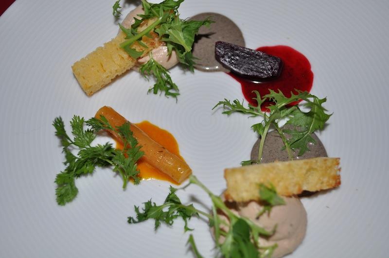 Die Kreation von einem der besten Köche aus Amerika: Gänseleber / Essenz von Rote Bete / Wurzelgemüse / Perigord-Trüffel / Baby Rucola von Cal Stamenov / © Redaktion FrontRowSociety.net