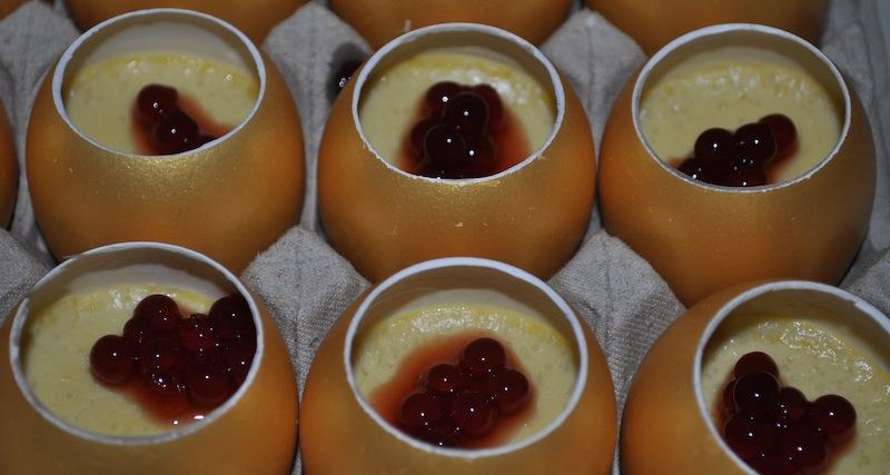 Herrlich frische Fruchperlen wurden beim Gänseleber-Ei / Aceto Balsamico Tradizionale von Carmelo Greco verarbeitet / © Redaktion FrontRowSociety.net