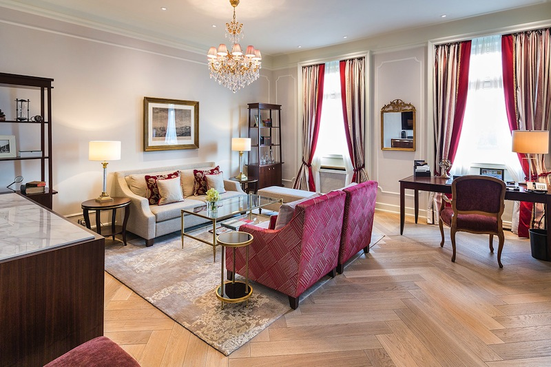 Die Deluxe Suite zur Alster bietet auch für einen längeren Aufenthalt großzügig Platz / © Fairmont Hotel Vier Jahreszeiten / Foto Guido Leifhelm