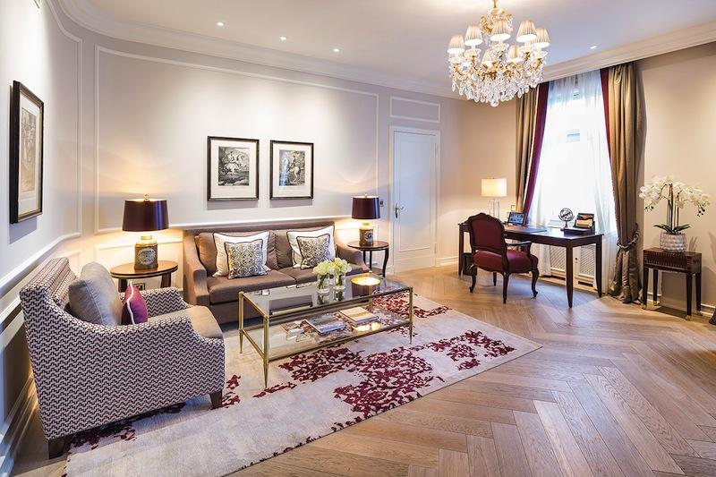 Der großzügoge Wohnbereich der schönen Präsidenten Suite im Fairmont Hotel Vier Jahreszeiten / © Fairmont Hotel Vier Jahreszeiten / Foto Guido Leifhelm