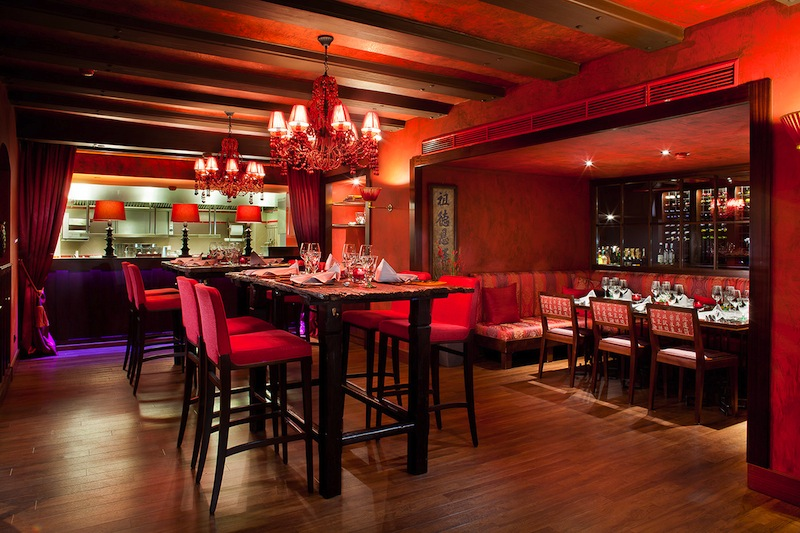 Die zwei Hochtische (Chef's Table) im Doc Cheng's sind sehr gefragt. Von hier hat der Gast einen direkten Blick in die offene Showküche / © Fairmont Hotel Vier Jahreszeiten / Foto Guido Leifhelm