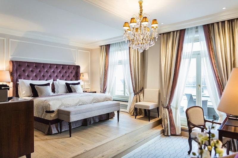 Die eleganten Doppelzimmer zur Alster mit Empore - mit traumhaften Blick über die Binnenalster / © Fairmont Hotel Vier Jahreszeiten / Foto Guido Leifhelm