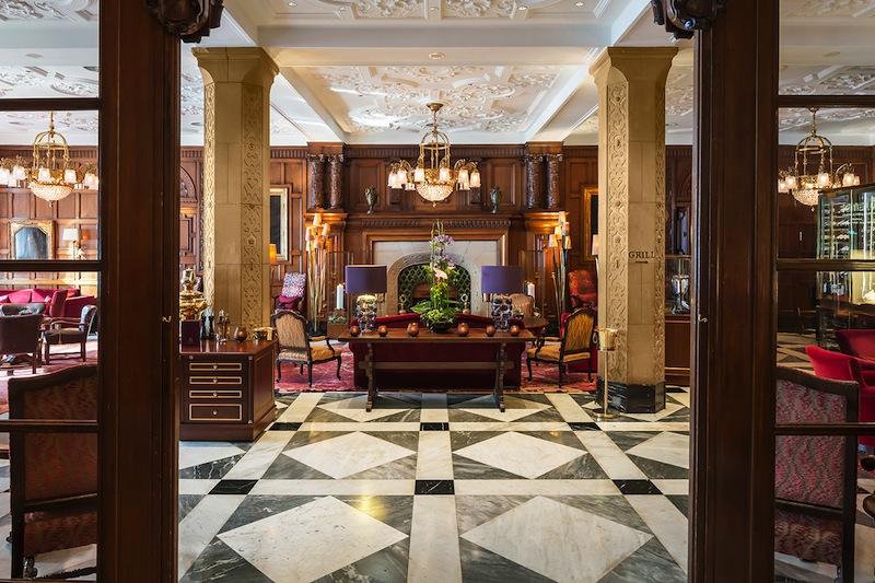 Der offene und großzügige Eingang zur Wohnhalle im Fairmont Hotel Vier Jahreszeiten / © Fairmont Hotel Vier Jahreszeiten / Foto Guido Leifhelm