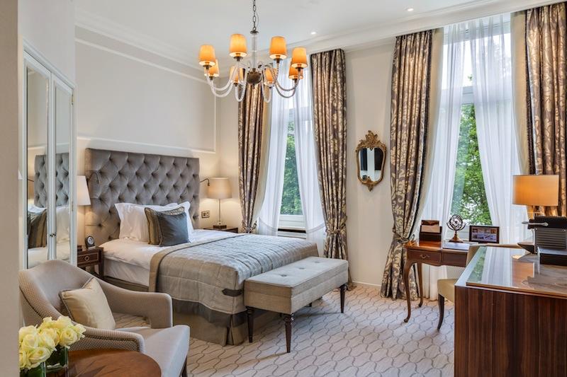 Die schönen Einzelzimmer im Fairmont Hotel Vier Jahreszeiten sind bei Geschäftsreisenden sehr beliebt / © Fairmont Hotel Vier Jahreszeiten / Foto Guido Leifhelm
