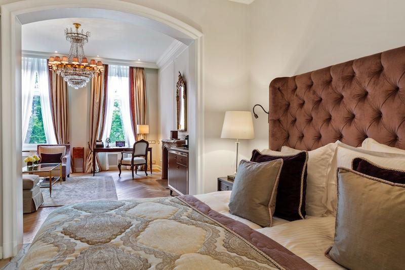Mit 50 bis 56 Quadratmetern Fläche ist die Junior Suite auch für einen entspannten Langzeitaufenthalt angesagt / © Fairmont Hotel Vier Jahreszeiten / Foto Guido Leifhelm