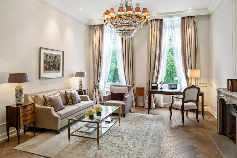 Junior Suite zur Alster: Sehr großzügiger Wohnbereich mit freiem Blick auf die Binnenalster / © Fairmont Hotel Vier Jahreszeiten / Foto Guido Leifhelm