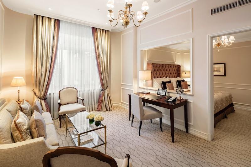 Auch traumhaft ist die Junior Suite zum Innenhof. Sie verspricht einen ruhigen Aufenthalt / © Fairmont Hotel Vier Jahreszeiten / Foto Guido Leifhelm