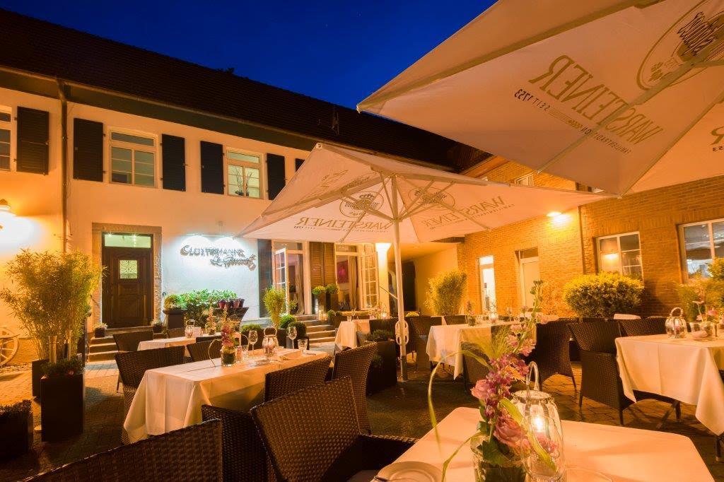 """Abendliche Stimmung im Innenhof des Clostermanns Hof. Im Hintergrund der Außeneingang zum """"Le Gourmet"""" / © Clostermanns Hof"""