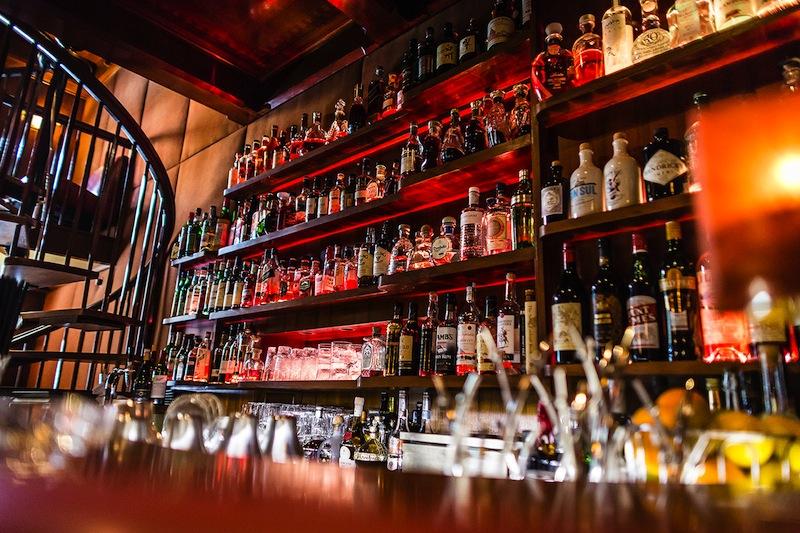 Allabendlich ist auch die Jahreszeiten Bar mit ihrem großen und erlesenen Sprituosen-Sortiment gefragt / © Fairmont Hotel Vier Jahreszeiten / Foto Guido Leifhelm