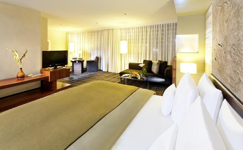 Die Junior Suite im Dorint Hotel am Heumarkt verfügt über einen sehr großzügigen Schlafbereich / © Dorint