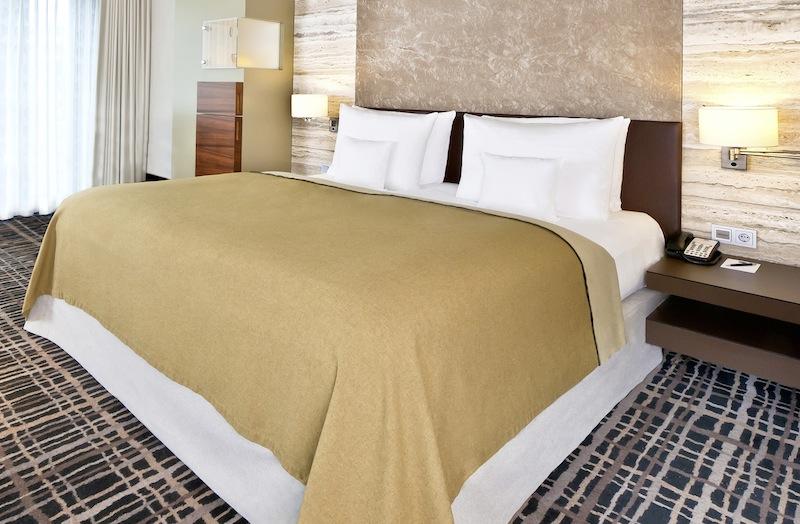 Die mit King-Size oder Twin-Bett ausgestatteten Zimmer liegen in der sechsten und siebten Etage des Dorint Hotel am Heumarkt / © Dorint