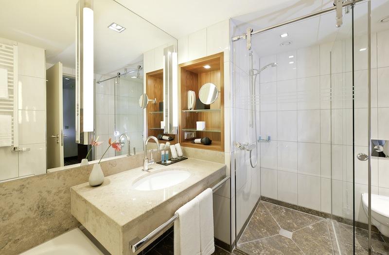 Auch die Badezimmer in der Junior Suite im Dorint Hotel am Heumarkt sind sehr großzügig geschnitten / © Dorint