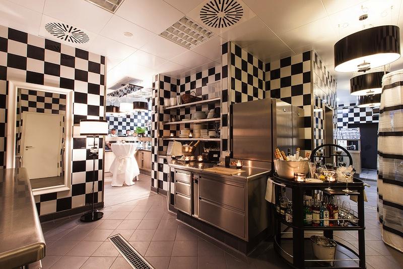 Auch das ist in der Küche des 5-Sterne Hotel Vier Jahreszeiten - hier wird nicht nur gekocht; auch Events sind hier angesagt / © Fairmont Hotel Vier Jahreszeiten / Foto Guido Leifhelm