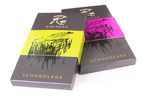 """""""Rheingau-Schokolade"""" von Kunder - in den Geschmackrichtungen Vollmilch-Riesling und Zartbitter-Spätburgunder. Die Verpackung wurde vom Rheingauer Künstler Michael Apitz designed / © Kunder"""