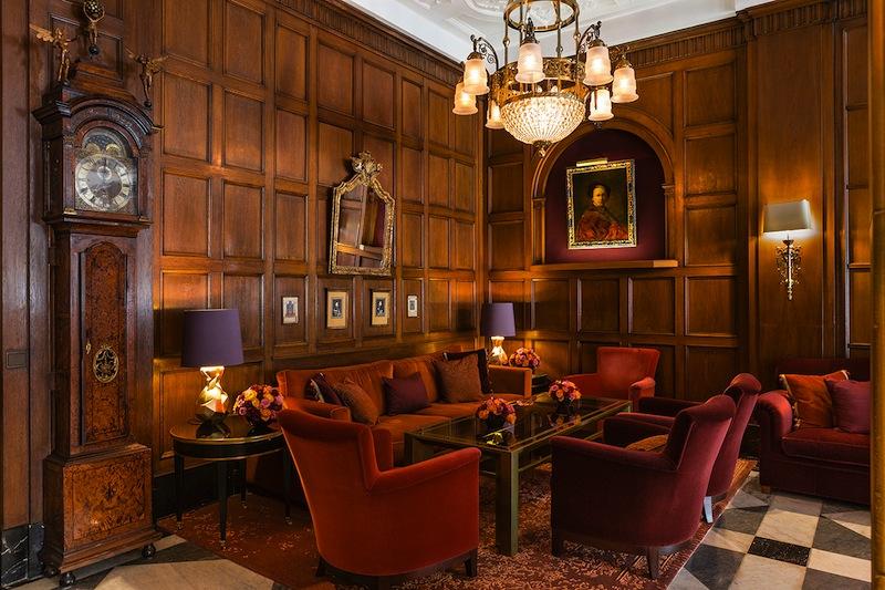 In der Wohnhalle verbringen Gäste und Besucher des Fairmont Hotel Vier Jahreszeiten gerne ihre Zeit / © Fairmont Hotel Vier Jahreszeiten / Foto Guido Leifhelm