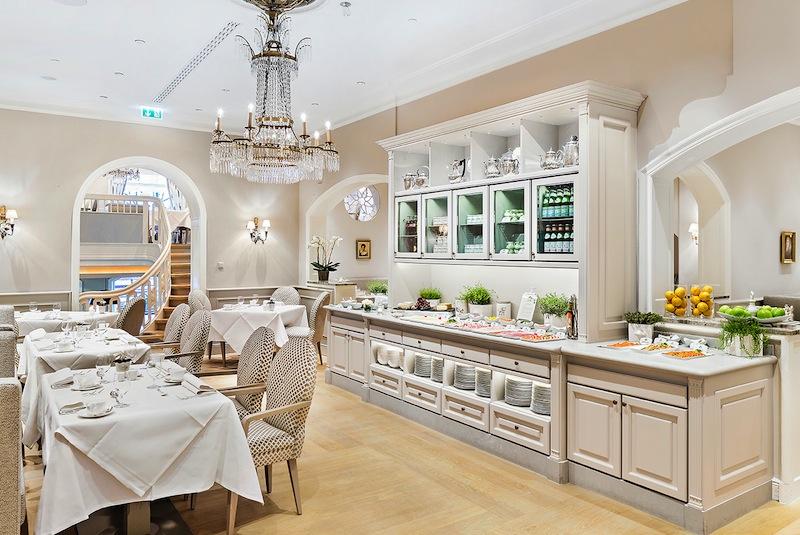 Das Café Condi lockt mit Duft nach frisch gebackenem Brot die Gäste aus den Federn / © Fairmont Hotel Vier Jahreszeiten / Foto Guido Leifhelm