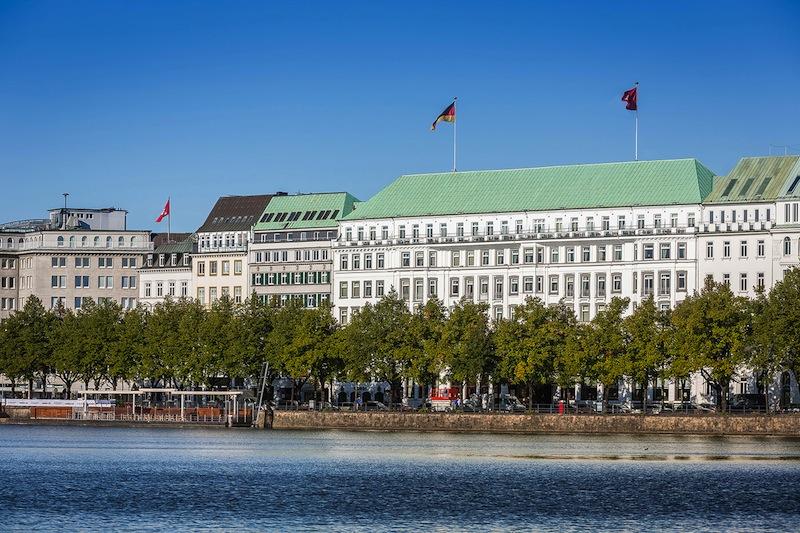 In der besten Lage - direkt an der Binnenalster gelegen, präsentiert sich das Fairmont Hotel Vier Jahreszeiten / © Fairmont Hotel Vier Jahreszeiten / Foto Guido Leifhelm