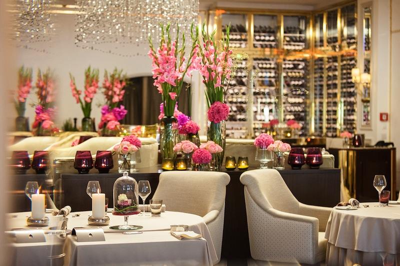 In der inspirierenden Restauration des 2-Sterne Restaurants verwöhnt Chef de Cuisine Christoph Rüffer seine Gäste / © Fairmont Hotel Vier Jahreszeiten / Foto Guido Leifhelm