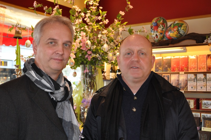 Andreas Conrad, Herausgeber vom Luxus & Lifestyle Magazin FrontRowSociety.net traf sich mit Jürgen Brand (li.), dem Urenkel von Fritz Kunder, welcher 1898 den Grundstein für den Erfolg des heutigen Unternehmens legte / © Redaktion FrontRowSociety.net