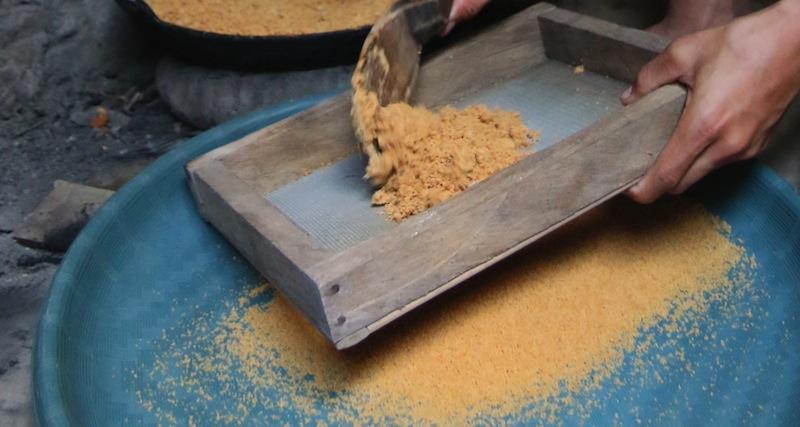 Reine Handarbeit - Der Kokoszucker wird zerkleinert und so lange gesiebt, bis nur noch feines Kokospuder vorhanden ist / © JANUR