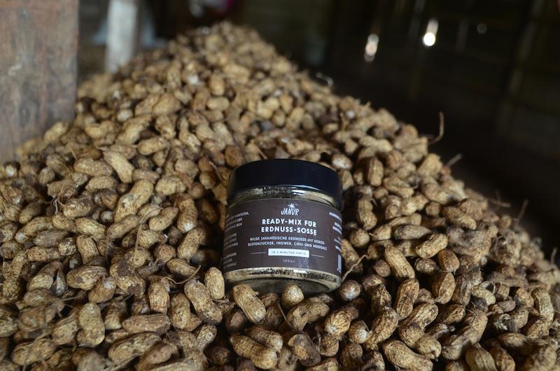 Die JANUR Ready-Mix Erdnuss-Sauce schmeckt himmlisch gut. In der Pfanne oder dem Topf anrösten und mit Wasser aufgießen und 5 Min. ziehen lassen / © JANUR