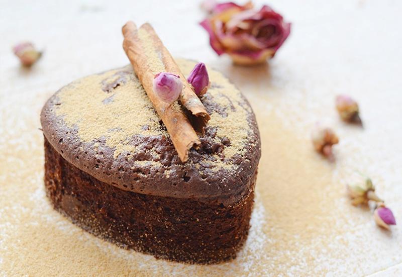 Und die Großmutter wird überrascht sein, wie gut ein Kuchen auch ohne die Verwendung von weißem Zucker schmecken kann / © JANUR