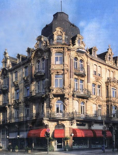 Die Außenansicht des Stammhauses Kunder in der Wilhelmstraße 12 in Wiesbaden / © Kunder