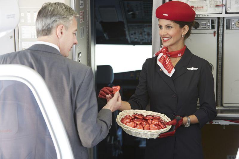 Das rotverpackte airberlin Schokoladenherz wurde gerne entgegengenommen / © Gregor Schlaeger airberlin