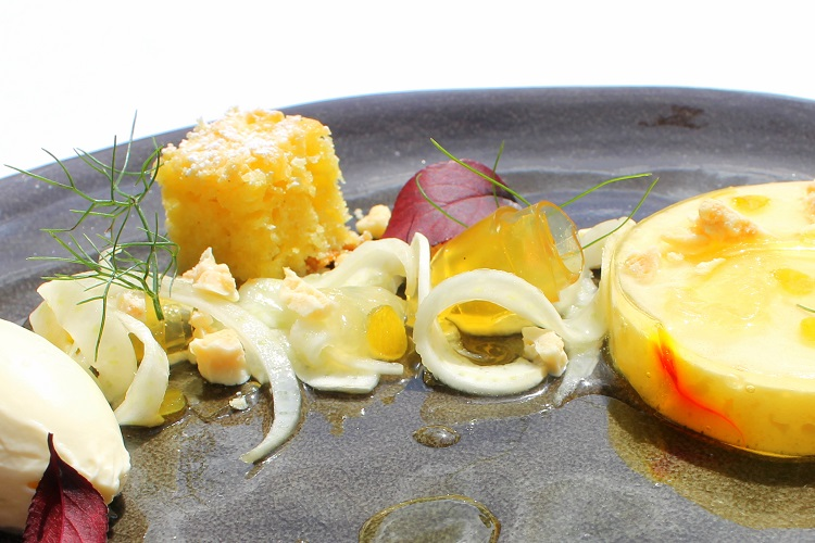 Auch ein Dessert muss nicht langweilig sein. Hier am Beispiel Amalfi Zitrone, Olivenölkuchen, Meersalz, Joghurt, Fenchel und Mandeln / © Nassauer Hof