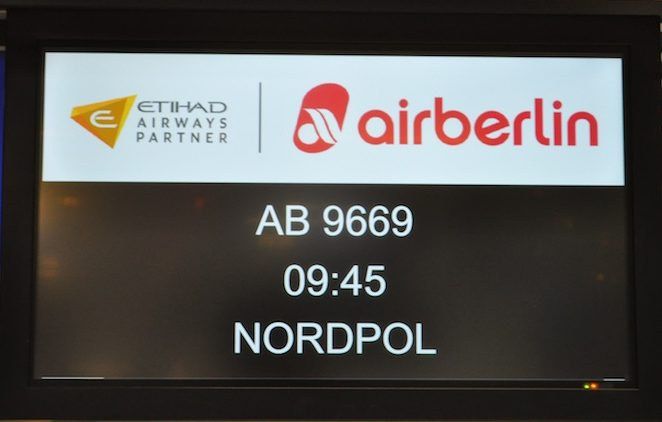Die Anzeigetafel beim Check-in macht die anderen Fluggäste auf dem Flughafen Düsseldorf neugierig / © Redaktion FrontRowSociety.net