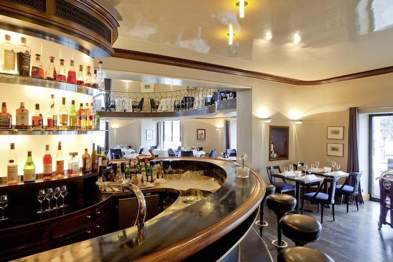 Die gut sortierte Bar am Eingang des Sterne Restaurants ENTE / © Nassauer Hof