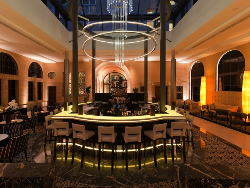Die attraktive Bar im Lichthof vom Steigenberger Grandhotel Handelshof, Leipzig / © Steigenberger Leipzig