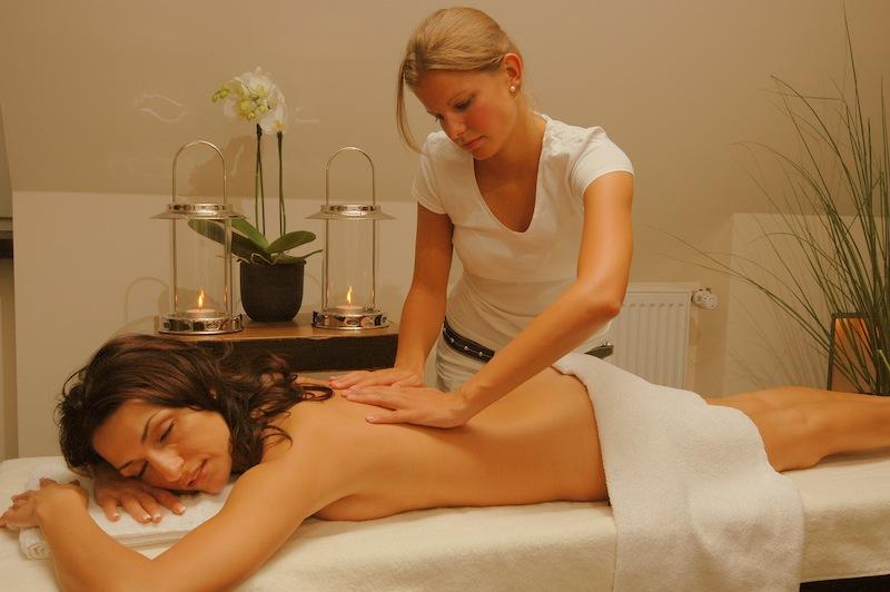 Wohltuende Massagen in den ruhig gelegenen Behandlungsräumen des Wellnessbereichs im Hotel Walhalla / © Romantik Hotel Walhalla
