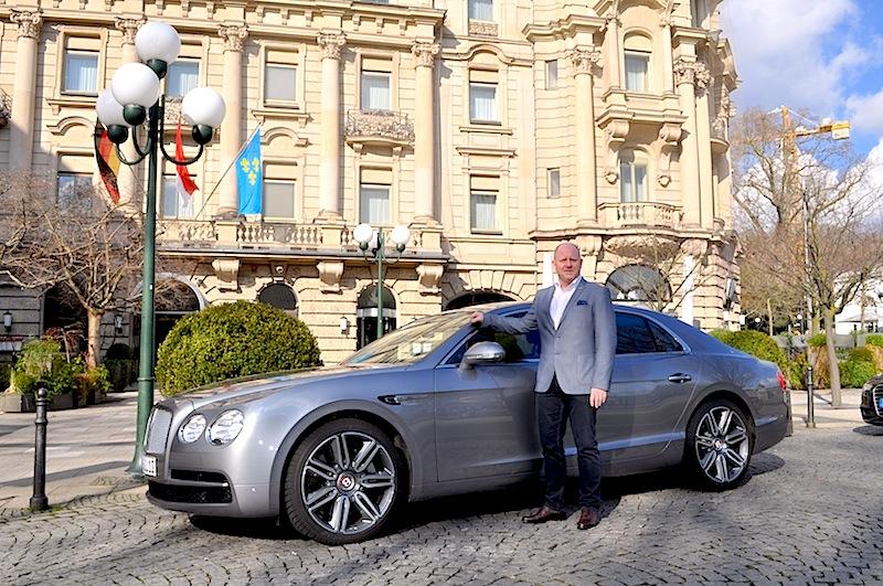 Standardmäßig reisen? Zu einem Leading Hotel of the World wie dem Nassauer Hof passt auch der Bentley Flying Spur / © Redaktion FrontRowSociety.net