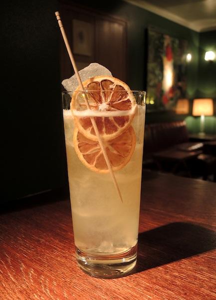 Cocktail Captain Kidd: Dill Tequila, Mezcal, marokkanische Salzzitrone und Bier. Da kommt Urlaubsfeeling auf / © Pauly Bar