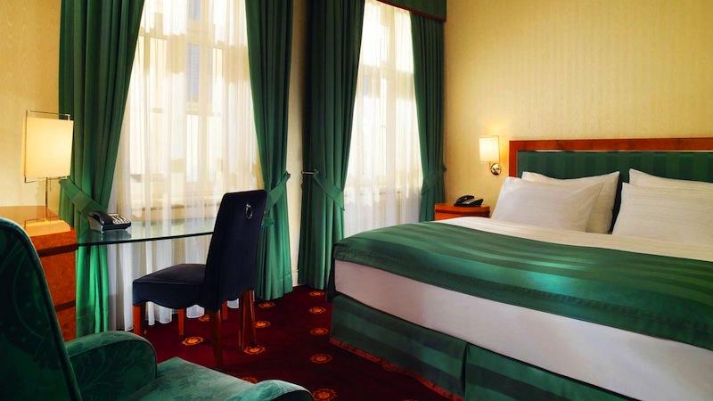 Mit einem französischen Bett ausgestatten sind die 25 Quadratmeter großen Classic Zimmer. Ideal für Geschäftsreisende die nur einen kurzfristigen Aufenthalt in Leipzig haben / © Hotel Fürstenhof, Leipzig