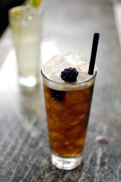Coffee-Coobler. Das Geheimnis entlüftet: Kakaobohnen Brandy, kalter Kaffee, spanischer Pedro Ximénez und Orangenessenz / © Pauly Bar