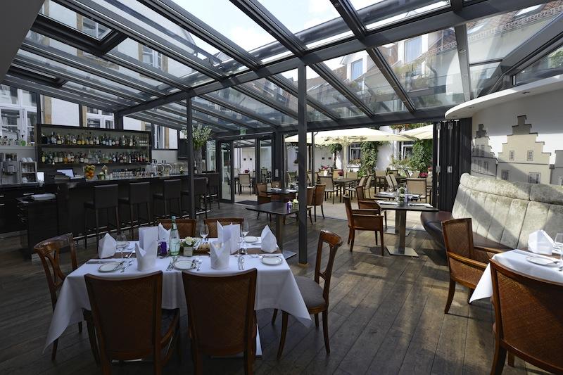 Die David Lounge mit Blick auf die Terrasse im Innenhof, wo man auch im Sommer sehr schön und ruhig sitzen kann / © Walhalla