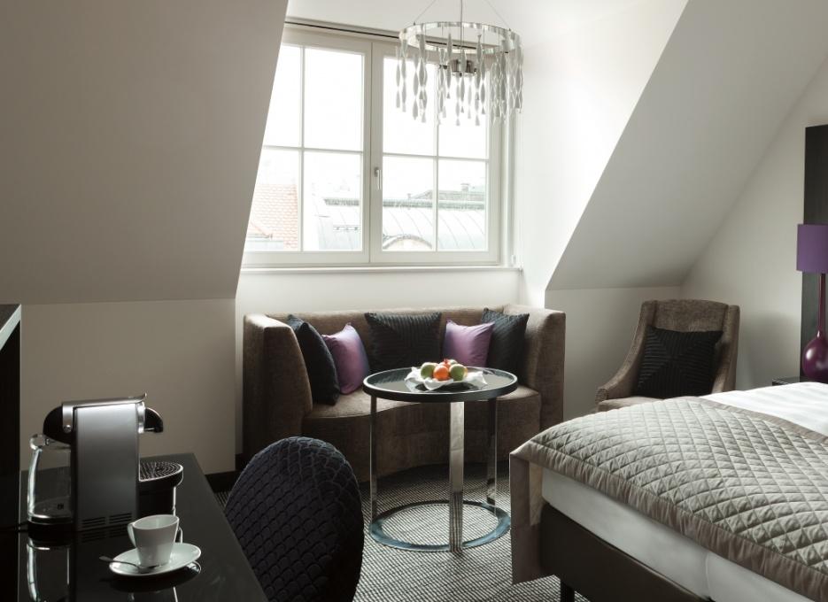 Das Superior Zimmer im Dachgeschoss mit schöner und heller Sitzecke. Für den Genuss teht die Nespresso-Maschine bereit / © Steigenberger Leipzig