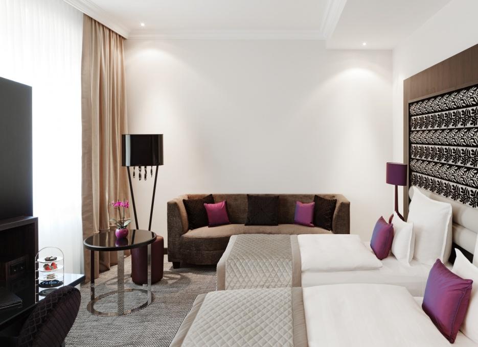 Modern und schön ausgestattet ist der attraktive Wohn- und Schlafbereich der Deluxe-Zimmer / © Steigenberger Leipzig