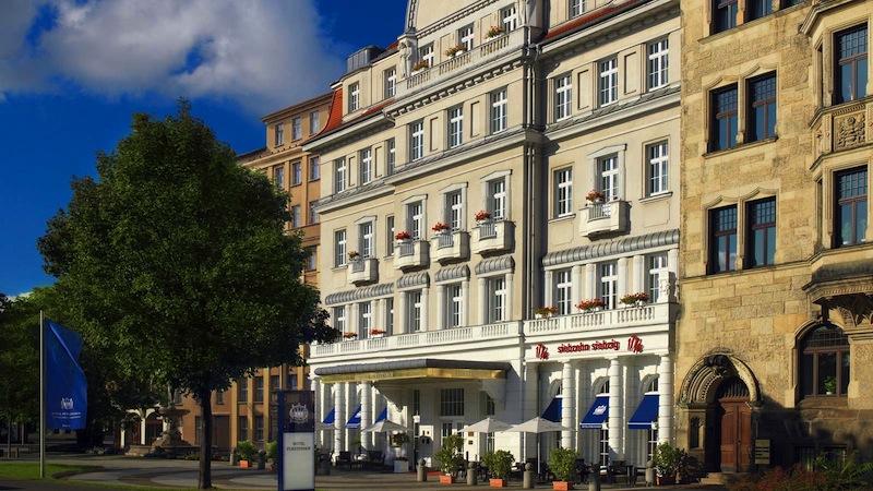 Auf dem Freisitz der Vinothek 1770 - direkt vor dem Hotel Fürstenhof, Leipzig - lässt es sich mit einem Glas Champagner aushalten / © Hotel Fürstenhof, Leipzig