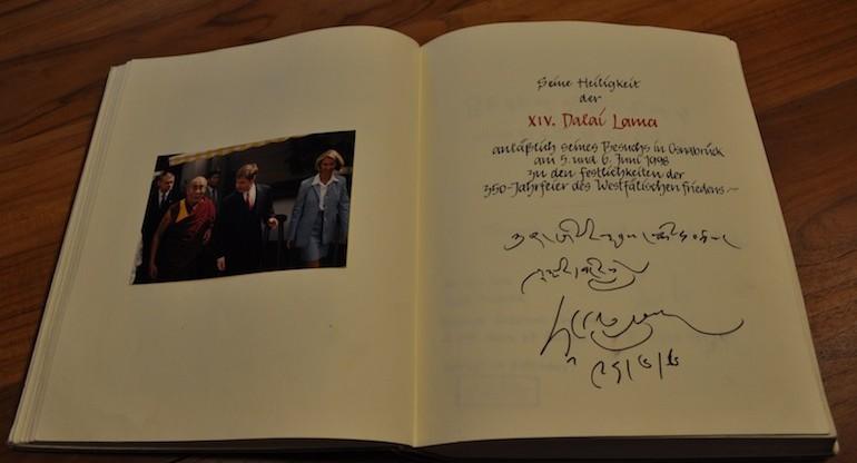 Wer kann das entziffern? Selbstverständlich trug sich auch der Dalia Lama in das Goldene Buch des Romantik Hotel Walhalla ein / © Redaktion FrontRowSociety.net