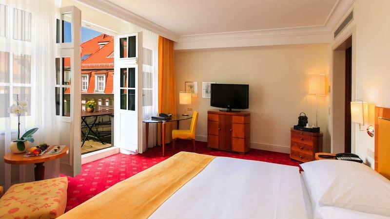 Die Executive-Balkon-Zimmer wirken durch die großen Fenster und den begehbaren Balkon besonders hell und lichtdurchflutet / © Hotel Fürstenhof, Leipzig