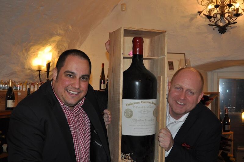 """In der Weinschatzkammer des Sterne-Restaurants """"la vie"""" stehen auch große Schätze. Chef-Sommelier Sven Oetzel (li.) und Andreas Conrad (re.) / © Redaktion FrontRowSociety.net"""